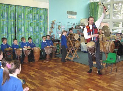 Malcolm demonstrating a gong to thrilled children, photo by Ness Churn |